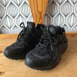 Svarta Air Nike Huarache Run, storlek 37,5, mycket fint skick! Exklusive frakt