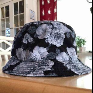 Cool bucket hat med blommor. Passar alla! 50kr + frakt