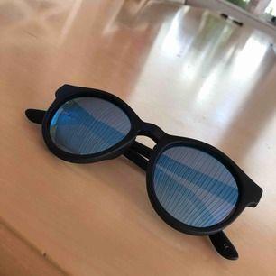 Fett snygga solglasögon från Le Specs! Säljer dom pga att dom aldrig har kommit till användning.  Inköpa för 599kr men säljer dom för 270kr + 30kr frakt