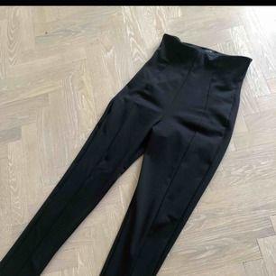 Svarta byxor från Nelly med hög midja. Sitter snyggt och skönt, storlek S. Använda en gång! Pris går att diskutera