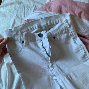 Rensning av garderob! Allt i bra skick! Lite grönska på vita byxorna men med höga skor syns inte det.