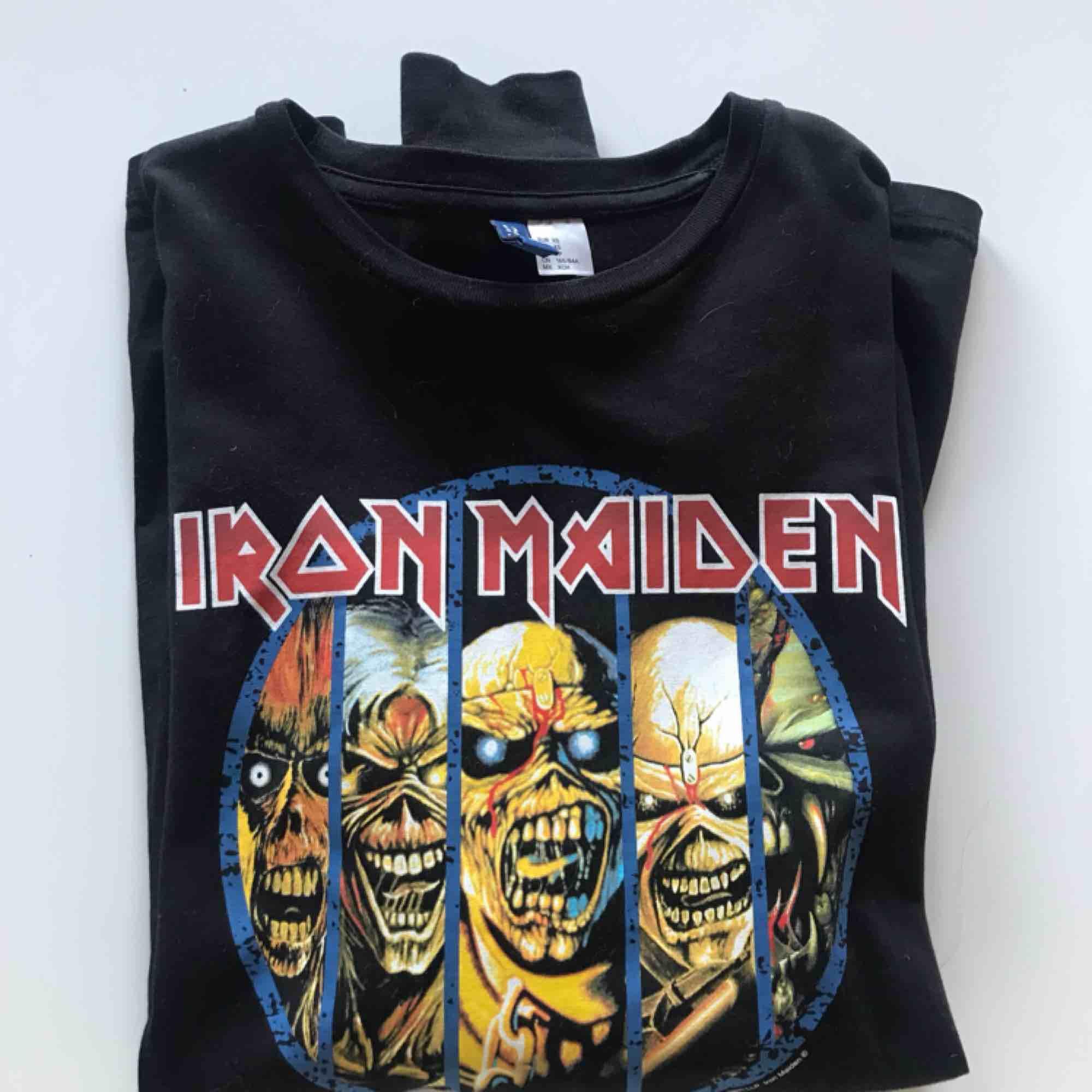 Långärmad Iron Maiden tröja i jättefint skick! Trycket är helt och i bra kvalité. Säljer då det inte är min stil längre. Köparen står för frakten, betalning med swish🌸 Passar XS/S. T-shirts.