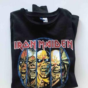 Långärmad Iron Maiden tröja i jättefint skick! Trycket är helt och i bra kvalité. Säljer då det inte är min stil längre. Köparen står för frakten, betalning med swish🌸 Passar XS/S