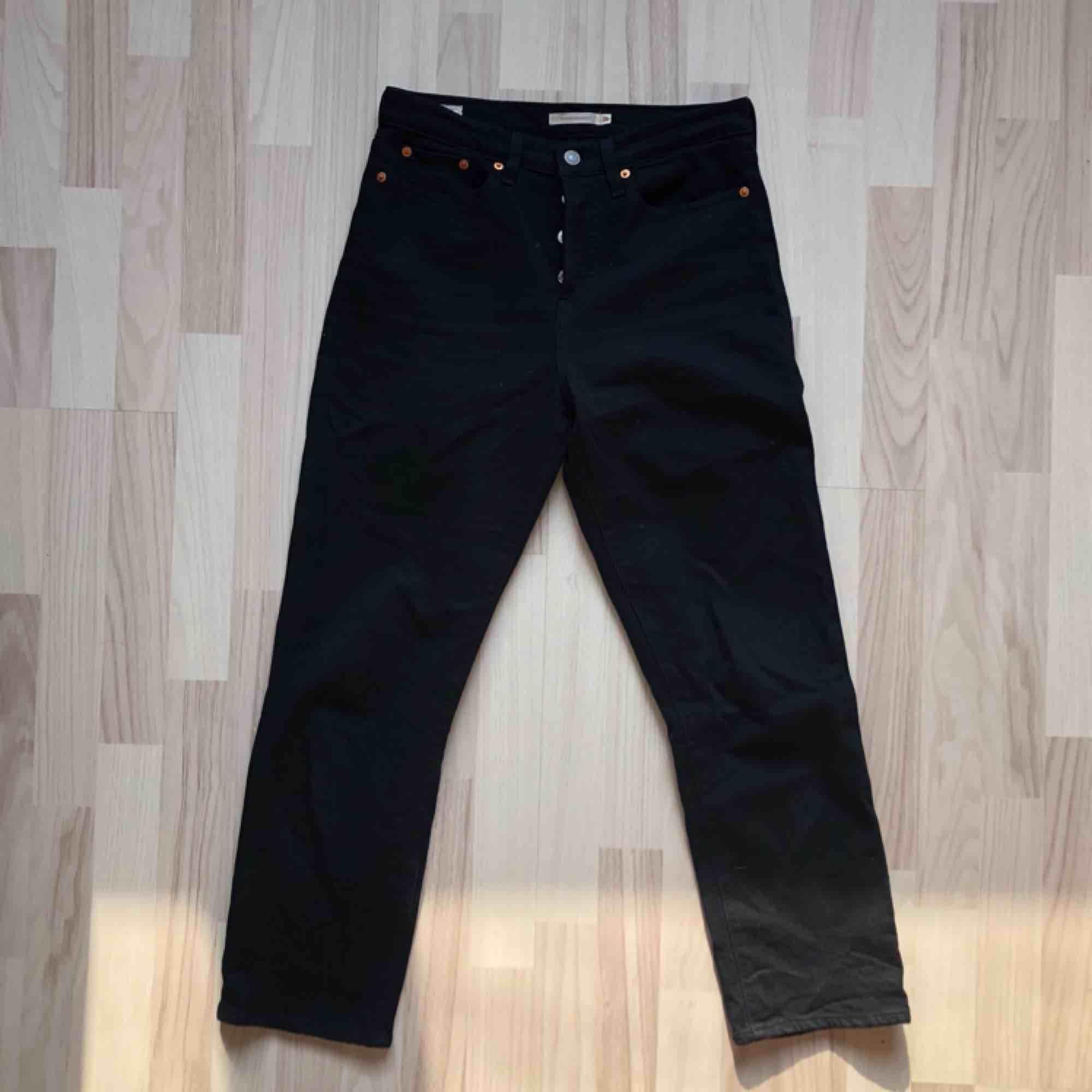 Superfina Wedgies från Levis. Använda enbart några få gånger, säljer då de är lite för korta på mig som är 177 cm.. Jeans & Byxor.