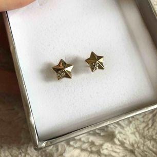 Fina guldiga stjärnörhängen men glitterstenar. Köpare står för frakt!😊