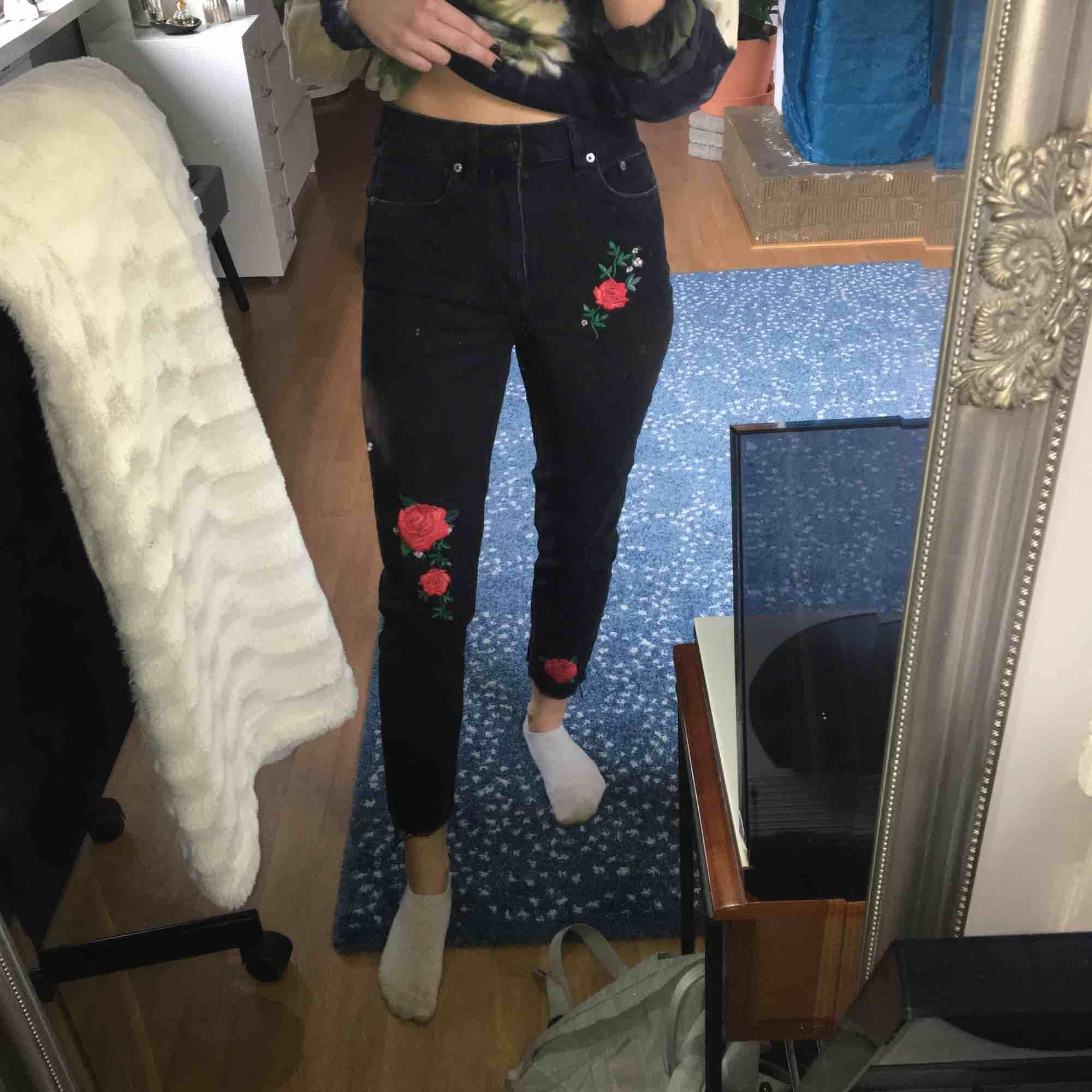 Svarta momjeans med rosor på från Hm. Frakt tillkommer. . Jeans & Byxor.