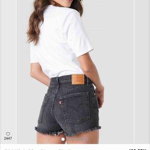 Ett par svarttvättade jeansshorts från Levis i storlek 25. Endast använd ett fåtal gånger och därför i jättefint skick! Nypris är 499kr. Frakten ingår i priset🖤OBS mina shorts har slitningar, hör av er för bilder☺️