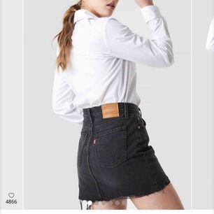 En svart jeanskjol ifrån Levis i storlek 26. Endast använd ett fåtal gånger i somras alltså i jättefint skick! Nypris är 499kr. Frakten ingår i priset🖤 OBS min kjol  har slitningar(!!!) hör av er för bilder☺️