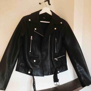 Så snygg faux skinnjacka ifrån Zara, helt oanvänd!