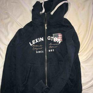 Säljer nu min lexington luvtröja, använd någon gång för nått år sen men sen blivit hängande. En vanlig zipup hoodie, ordinarie pris 1299kr ☺️