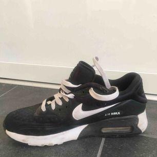 Nike air max. Svarta och vita, köpta i New York. Dessa har inte använts på ett tag men är sköna och är i bra skick förutom på ett ställe. Det ser ni på bild 2. Frakt tillkommer eller så möts vi upp i Stockholm.