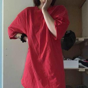 Oversized t-shirt dress! Sparsamt använd, frakt tillkommer på 36kr
