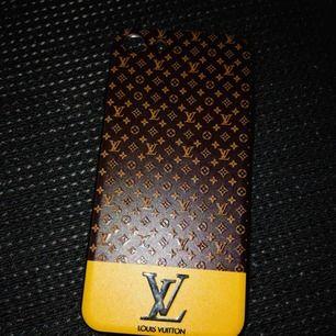 Louis Vuitton skal, använt en vecka. Topp skick! Oäkta. Passar iPhone 7/8. Frakt ingår.