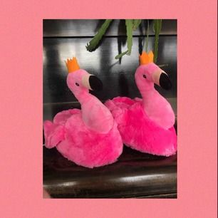 Ett par jättemysiga tofflor formade som flamingos! Aldrig använda därför i superbra skick:) Det blir en bra present när du inte vet vad du ska köpa;) Frakten är redan inräknad i priset💞💞