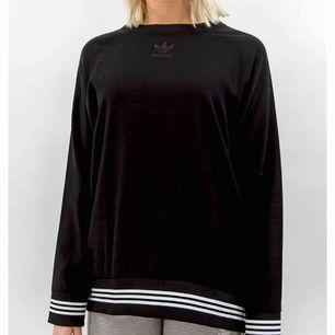 """Oanvänd adidas tröja i """"skjort/blus"""" material, så lite tunnare tyg, som är lite mer flowy runt kroppen. Strl 36 passar en small."""