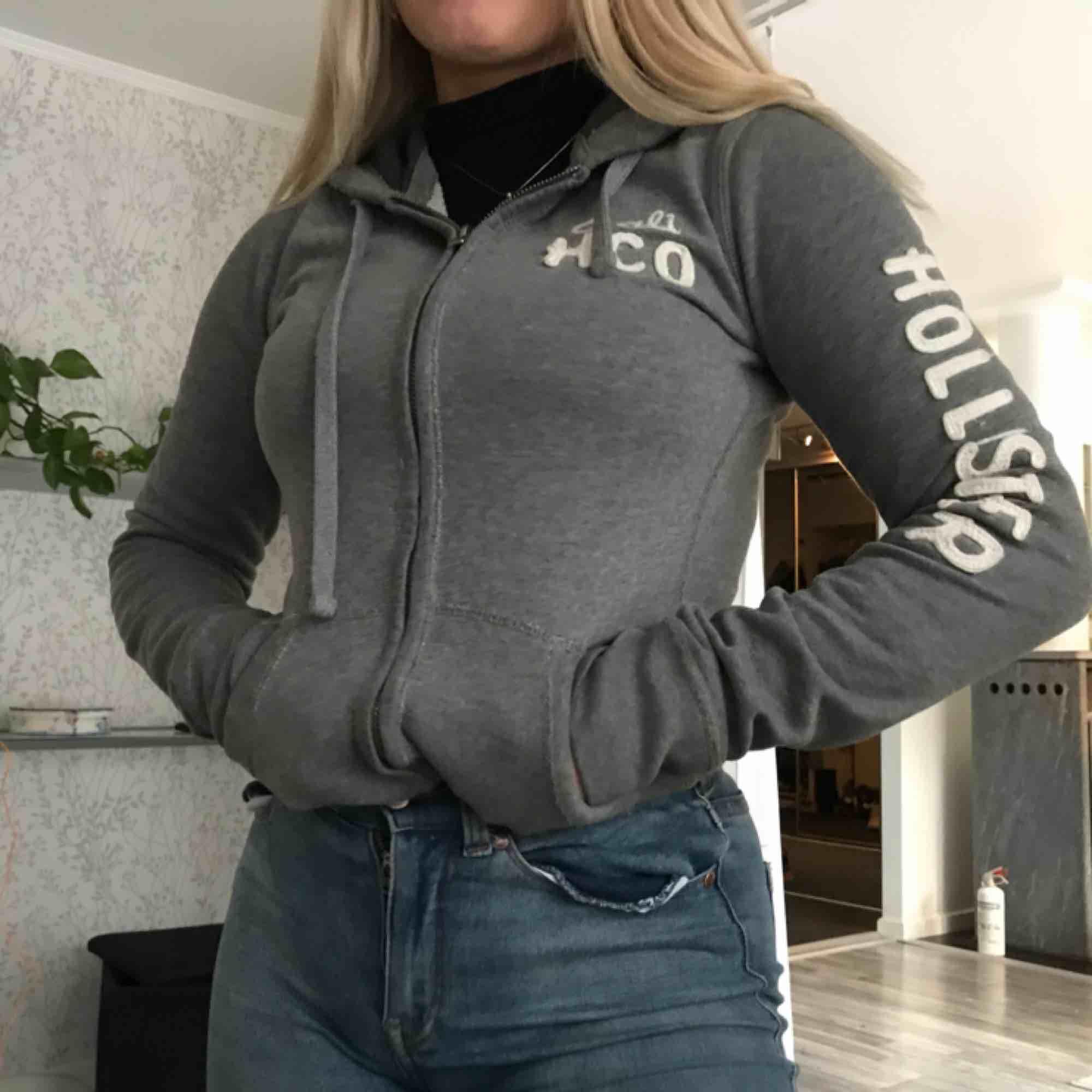 Munkjacka från hollister med utstående påsytt tryck i tyg på arm samt bröst. Andvänd ett fåtal gånger men fortfande i bra skick!! Orginalpris ca 500kr. . Huvtröjor & Träningströjor.