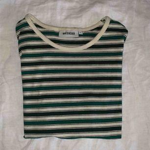 💚 En grön randig T-shirt från WEEKDAY väldigt stretchig.💚 Frakten ingår i priset