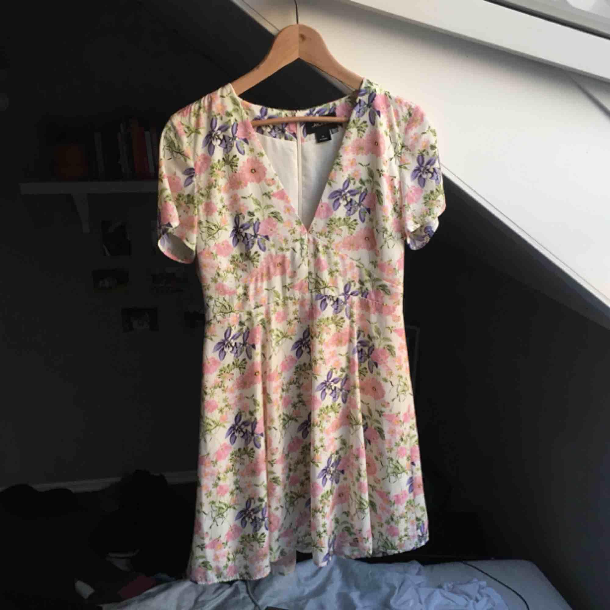 Jättesöt blommig klänning jag köpt men sen inte haft på mig, nu har den hängt sen förra sommaren i garderoben och jag tror att det är dags för den att gå vidare. Tar swish och möts mer än gärna upp i Stockholm!🌸💕. Klänningar.