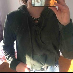 Mörkgrön hoodie med snörning. Frakt ingår!