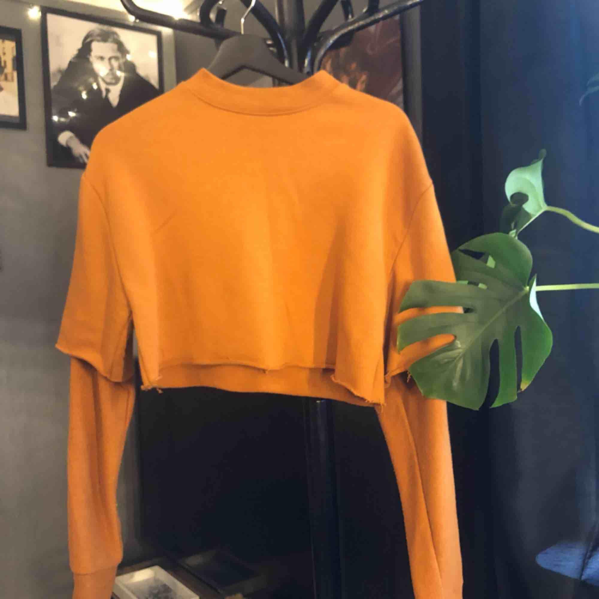 Avklippt magtröja i jättefin färg 🌿. Huvtröjor & Träningströjor.