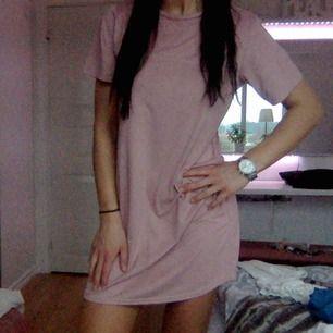 Snygg gammel rosa mocka klänning. Storlek XS. Frakt 40 kr. Kan mötas upp i Uddevalla, Göteborg, Trollhättan och Lilla Edet
