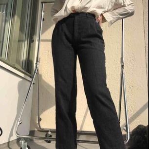 Kostymliknande byxor i tjockare material. Superfina och passar till det mesta. Bra skick förutom hålet där bak (se bild 2). Står inte storlek men de är 36cm i midjan. Är flera intresserade blir det budgivning. Frakt tillkommer annars möts vi runt söder💓
