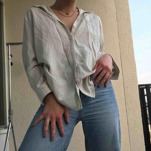 Fin vit skjorta som passar till det mesta! Supersnygg till sommaren med ett smycke till⭐️ står att det är storlek 42 men den passar mig som har S. Är fler intresserade blir det budgivning. Frakt tillkommer. Annars möts vi på söder💙💙