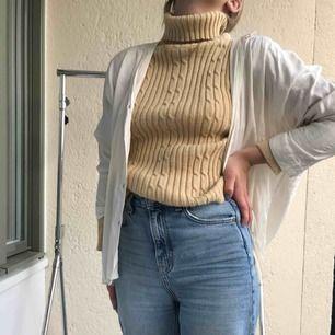 Snygg ribbstickad polo. Fint skick!! Passar snyggt under skjorta eller som den är. Är fler intresserade blir det budgivning. Frakt tillkommer. Annars möts vi på söder💙💙