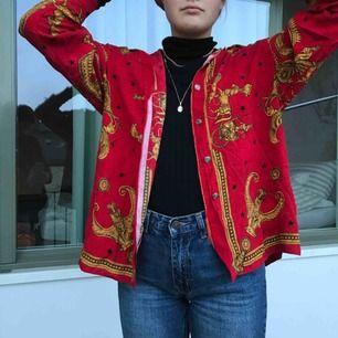 Häftig skjorta med coola tryck. Fin att ha som den är eller över polo. Är fler intresserade blir det budgivning. Frakt tillkommer. Annars möts vi på söder💙💙