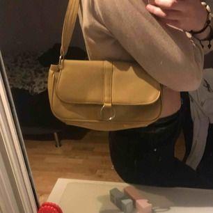 Beige asssssssnygg väska med silvriga detaljer