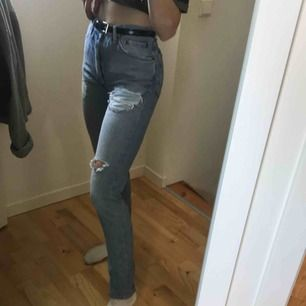 Assssnygga jeans köpta här på plick men som tyvärr aldrig kommit till användning då de är förstora i midjan, ljusblåa med slitningar