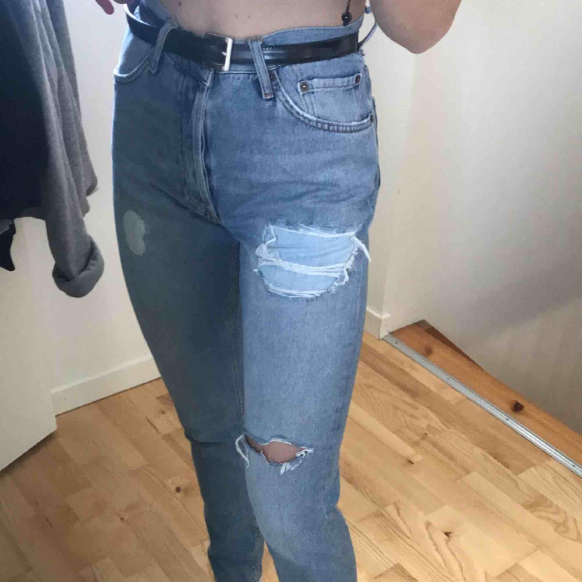 Assssnygga jeans köpta här på plick men som tyvärr aldrig kommit till användning då de är förstora i midjan, ljusblåa med slitningar. Jeans & Byxor.