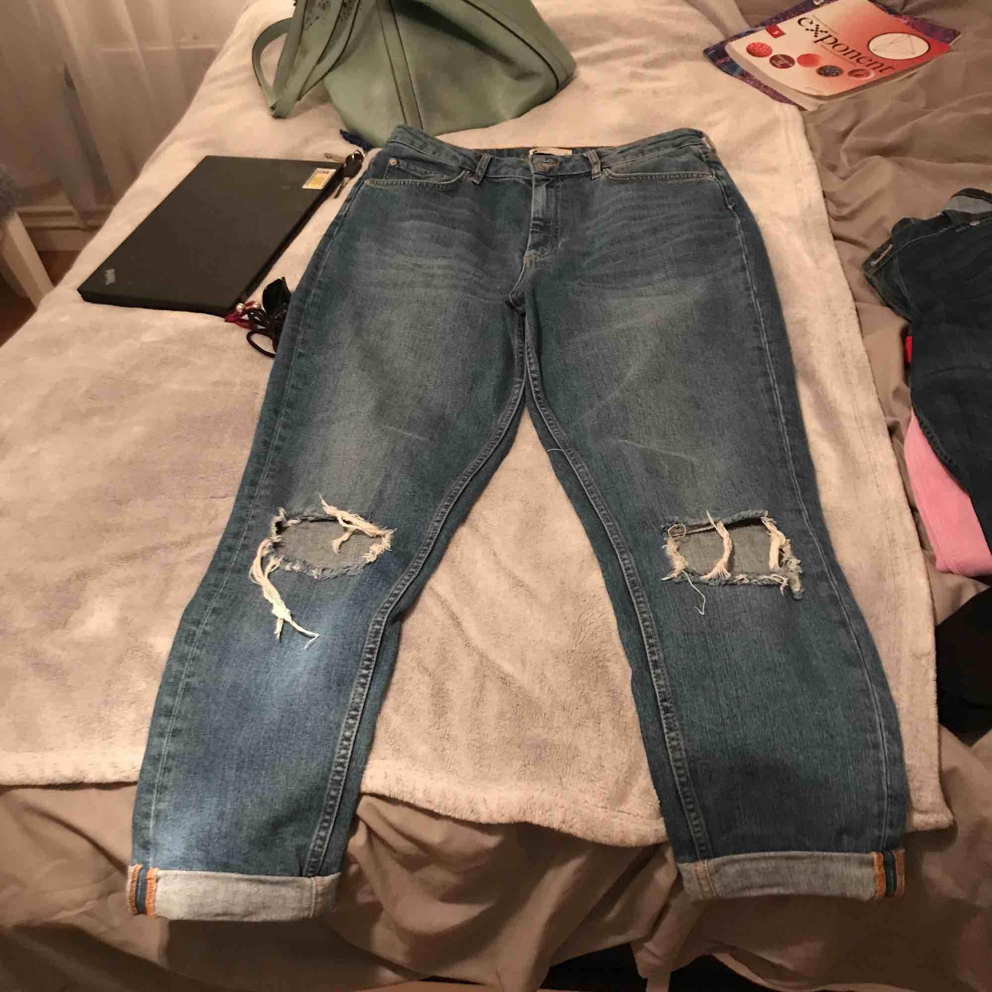 Sparsamt använda boyfriend jeans strl 42 från Gina Tricot. Säljes pga används ej. Mötes upp eller står köparen för frakten. . Jeans & Byxor.