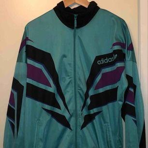 Adidaströja, köpt i vintagebutik för 350kr. Storlek M men skulle säga att den passar både S och L beroende på hur en vill att den ska sitta!