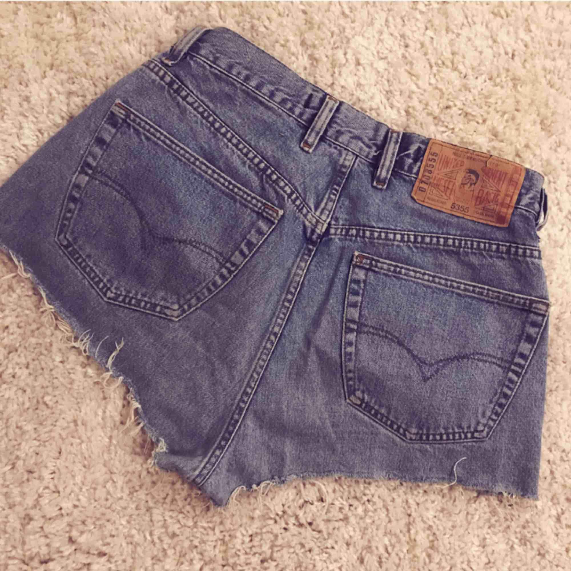 Avklippta jeansshorts från Diesel. Säljes pga för stora för mig! Frakt tillkommer . Shorts.