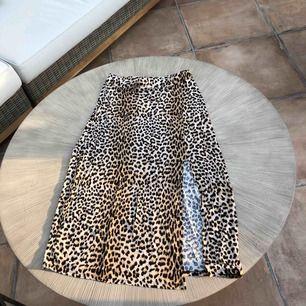 Ny kjol Gina Tricot stl M hög slits Frakt tillkommer