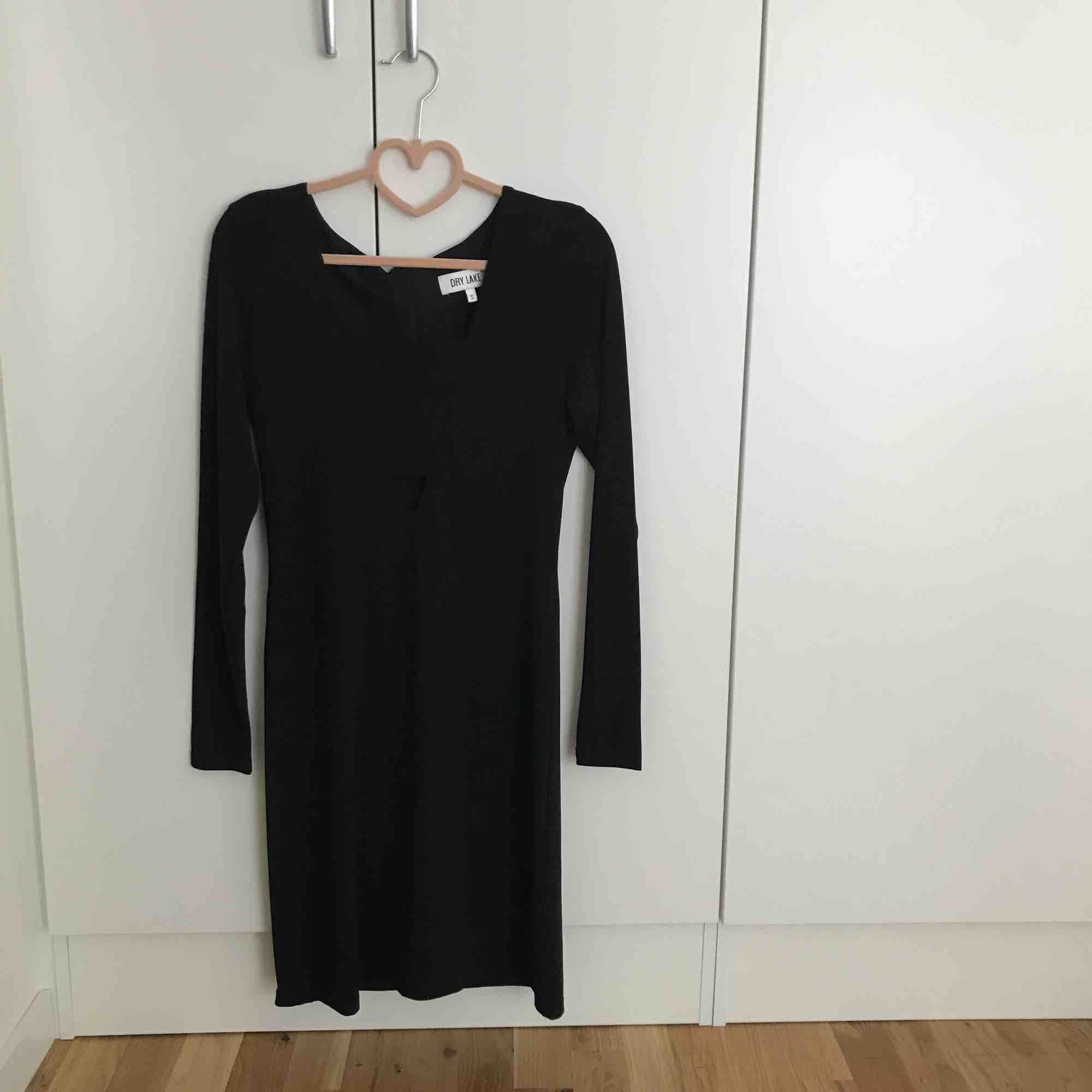Den perfekta svarta partyklänningen från dry lake! Använd endast en gång. I priset ingår frakt!. Klänningar.