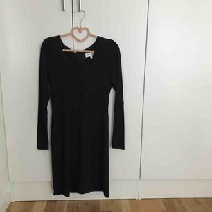Den perfekta svarta partyklänningen från dry lake! Använd endast en gång. I priset ingår frakt!