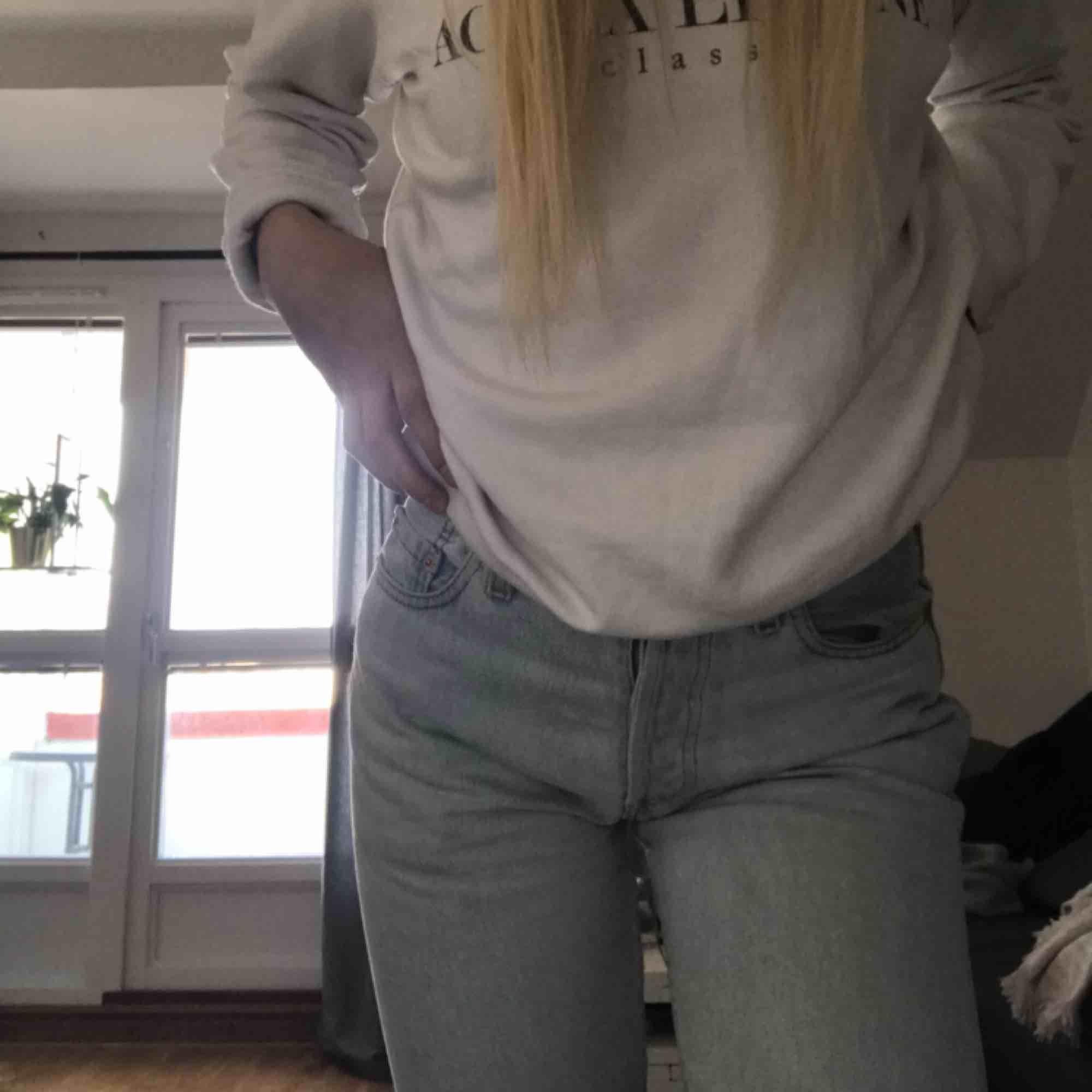 ljusa Levi's jeans i bra skick, jag är 173 cm lång så kolla sista bilden vart de slutar på mig💕 köparen står för frakt. Jeans & Byxor.