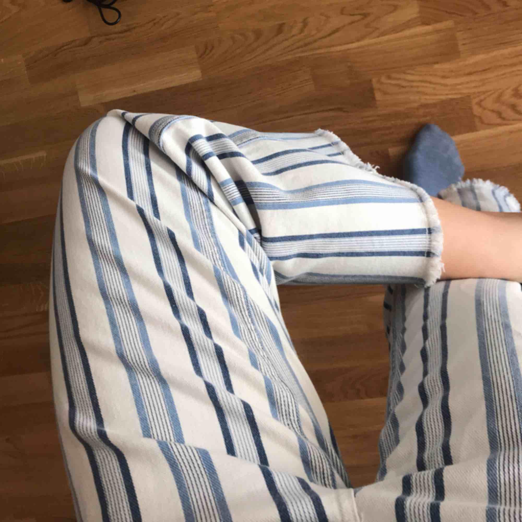 fina somriga byxor från HM med fransig kant, aldrig använda💘 köparen står för frakten. passar dig som är 36/38 vanligt vis!🌟. Jeans & Byxor.
