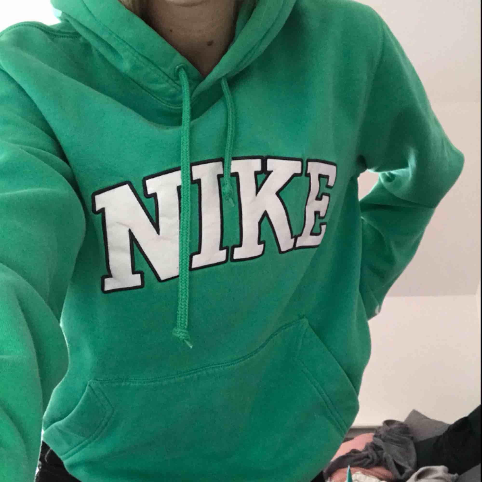 vintage grön hoodie från Nike (humana) 🦖 köparen står för frakten💘. Huvtröjor & Träningströjor.