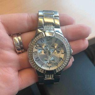 Guess klocka i silver/stål. Mycket väl använd. Lite slitage. Sjukt snygg!!!