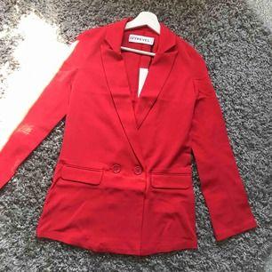 Supersnygg skjorta/jacka/klänning/blazer i rött. Helt ny med prislapp kvar från Ivyrevel. Anledning till att säljer den är för att den tyvärr var för liten för mig i armarna som tränar armar regelbundet. Nypris 600
