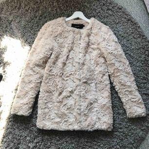 Superfin, vårig jacka från Vero Moda. Färgen är beige. Säljer pga att jag inte använder den längre. Passar XS-S. Använd max 5 ggr. Frakt ingår i priset