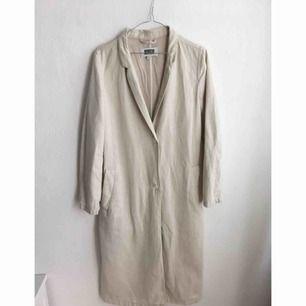 Kappa i linne och bomulls-blandning, något lösare modellen. Sparsamt använd och fint skick! Exklusive frakt, icke prutningsbart :)