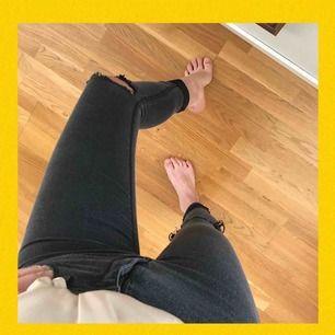 Jeans från HM i storlek 36. Färg: grå/svart, nypris: 199kr, jag säljer för 50kr exklusive frakt för den som inte vill/har möjlighet att mötas upp.   Köparen står för frakt. Kan mötas upp i Kristianstad och där runtom:)   Frakt: 59kr 🌹♠️♥️😍