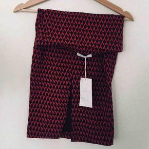 Mönstrad pennkjol, tajt passform med slits. Aldrig använd men väldigt snygg! För liten för mig tyvärr.