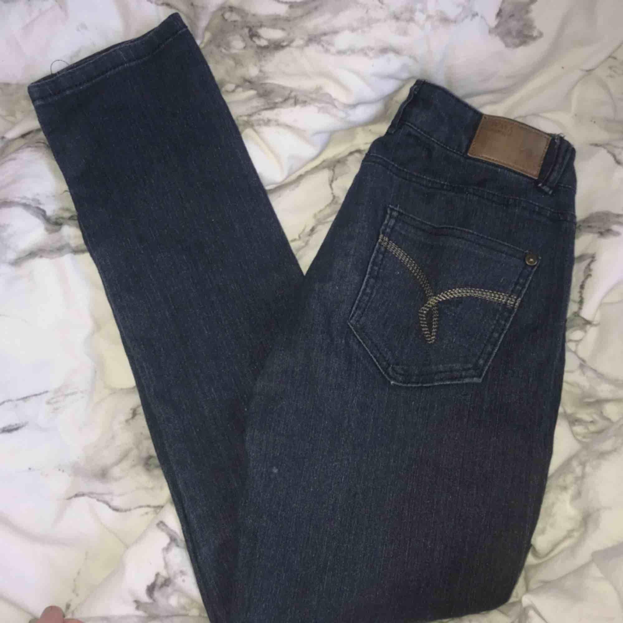 Stretchiga jeans. Formar sig fint. Storlek xs kan passa s. Lågmidjade 💕. Jeans & Byxor.