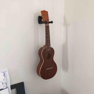 Helt oanvänd ukulele som jag säljer pga inte har plats för den längre. Den är superbra för nybörjare men även snygg som prydnad (så jag använt den). Jag säljer även ett tillbehör som gör att det går att hänge den på väggen (+50kr)