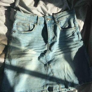 Snygg jeanskjol från gina tricot. Säljer pga att den tyvärr är för stor för mig. Helt oanvänd. Kan fraktas!